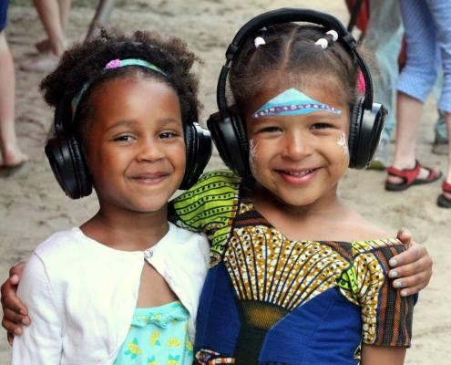 kinderen met silent dj koptelefoons